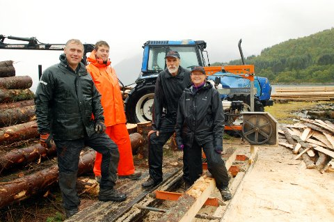 Kenneth Glad (f.v.), Damian fra Polen som er engasjert av Helge Mørck i snekkerarbeidet, Asbjørn Høgden og Inger Grethe Hansen synes det er fint at skogen på Kvitnes nå nyttiggjøres i restaureringa.