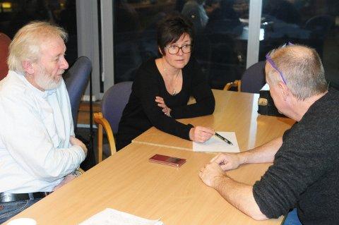 Reiulf Ruud, Gretha Evensen og Anders Svensson er kjempeglad for at Øksnes og Bø har klart å samarbeide om en psykiater. Psykiater på deling heter prosjektet de to kommunene kjører. (Foto: Trond K. Johansen)