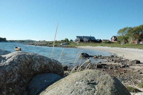 Foran huset rett fram i bildet skal Jostein og Atle Kvamme bygge sin enebolig. Denne uken ble byggesøknaden vedtatt av politikerne i Rennesøy. Men naboen har fortsatt mulighet til å påklage vedtaket.