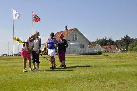 Sissel Eltervåg, Berit Sjo Jørgensen, Kari Goa og Torbjørg Eik utgjør damekomiteen i Randaberg Golfklubb.
