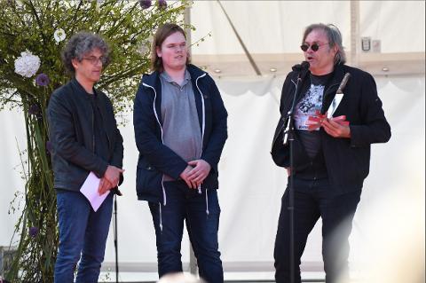 Sølvkniven: Anders Jaarvik (f.v.) og Simen Ingemundsen delte ut krimfestivalens egen pris, Sølvkniven, på scenen under Vårmarken på lørdag. Det var forfatter Lars Helle som stakk av med prisen.