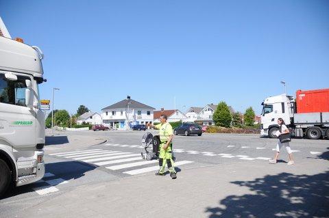 Thomas Gutberlet fra Presis Vegdrift er i Randaberg sentrum og ser blant annet til at store kjøretøyer blir sendt om Tungenesveien fordi de er for høye i undergangen i Torvmyrveien.