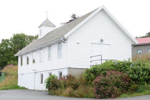 Lokalbefolkningen på Vestre Åmøy tok initiativ til å pusse opp kapellet på Vestre Åmøy som sto og forfalt. De måtte betale hva det kostet av egen lomme fordi kirkevergen ikke hadde penger på budsjettet til dette.