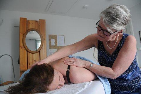 ROSENBEHANDLING: Hedda Lexau, som selv er rosenterapeut, får behandling av Marianne Børsheim på retrerat i Utstein Pilegrimsgard.  Foto: Kirsti Kastrup Sømme