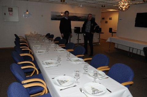 Her fra et annet arrangement på Vestre Åmøy grendahus, med styremedlemmene Jakob Hegreberg (t.v.) og Asbjørn Simonsen.