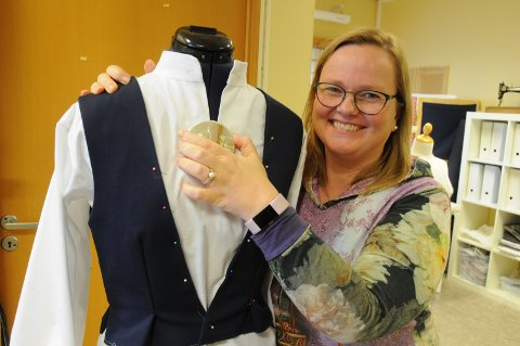 Suzanna Freeman-fanuelsen med vesten, skjorten og søljen til festdrakt for Rennesøy. Hele drakten offentliggjøres først fredag 23. november.