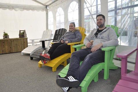 Made in Randaberg: De fargerike hagemøblene er populære, både å kjøpe og å la seg avbilde på.