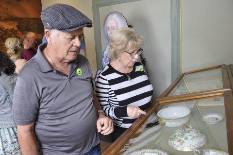 George Hill og Donna Mann beundrer keramikken.