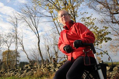 Ut på tur: Kristin Hegdahl er ivrig turgåer, både med rullator og staver. De har fått vært med på mange turer, og det er praktisk å kunne sette seg ned inni mellom.