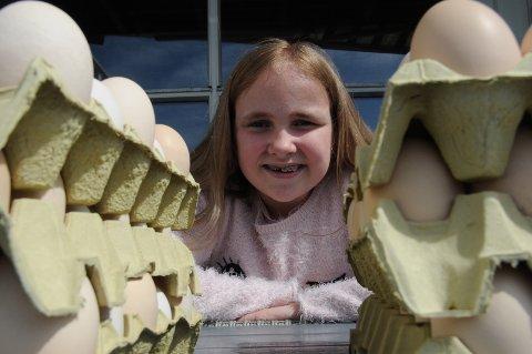 Eggselger: Hedda har solgt 6000 egg på to uker for å tjene penger til turnmatte.