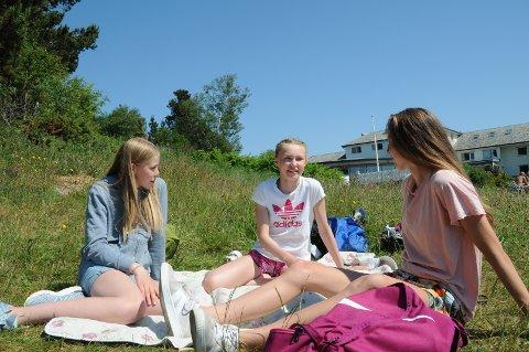 Trioen Thea Finnesand (t.v.), Marte Brekne Kvilhaug og Alva Marie Tallaksen synes sommerferien kom litt brått på i år, etter å ha tilbragt mange uker på hjemmeskole.
