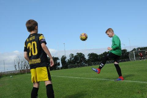 Kristoffer Torsteinbø (t.v.) og Mikal Nedrebø spiller begge fotball på Randaberg.