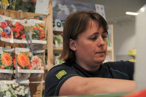 Mette Eltervåg forteller om stor pågang i Felleskjøpbutikken på Randaberg.