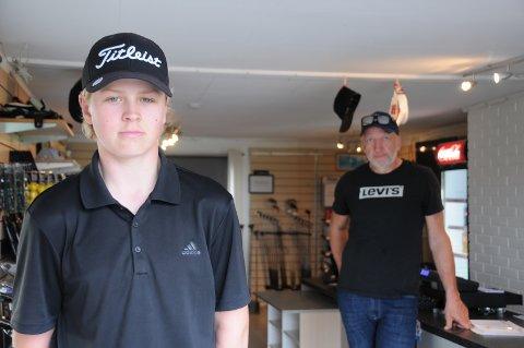 Golftalent: Mathias Femsteinevik (t.v.) hjelper til i golfshopen når Thore Dypvik selv ikke har tid.