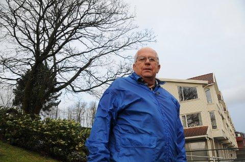 Treplage: På vegne av sameiet Vågentunet ber leder Terje Jørgensen om at treet til venstre bak ham blir felt.