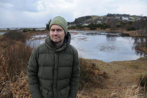 Gror igjen: Andreas Aaslid er styremedlem i Skorpefjell velforening, som gjerne vil renske opp i dette tjernet. Stavanger kommune melder at skjøtselsplan for kommunale friområder skal revideres i 2022.