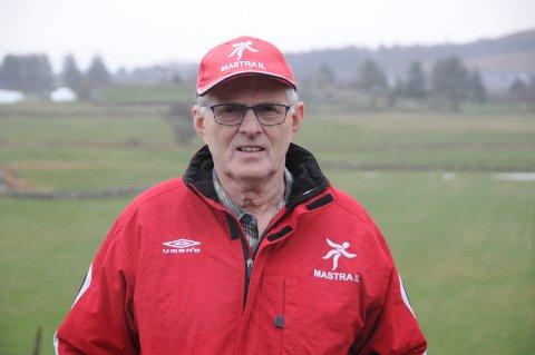 Jubilant: Svein Hodnefjell på Mosterøy fyller 70 år lørdag 23. januar. Caps og jakke i idrettslagets farger passer godt for det han og ikke minst kona Eldbjørg har vært engasjert i.