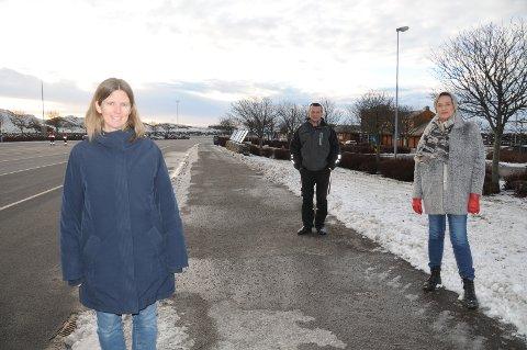 Framtid for Mortavika: Ann Elin Piel (i front), Terje Øvrebø og Sølvi Ona Gjul vil gjerne drøfte hvilke muligheter som ligger i endret bruk av det store arealet i Mortavika på Rennesøy når ferjene, etter dagens Rogfastplan, skal slutte å gå i 2031.