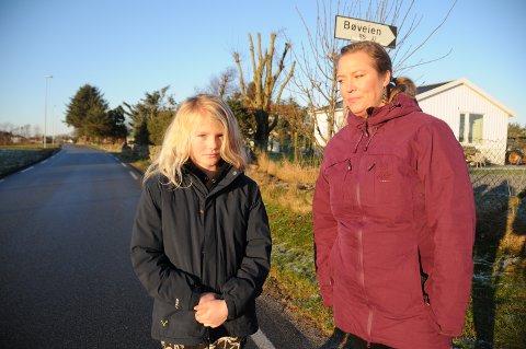 Trafikksikkerhet: Liv Bodil Skjervik sammen med datteren Sophia (9) i Bøveien, som er smal, trafikkeres av landbruksmaskiner og biler daglig og er uten fortau.