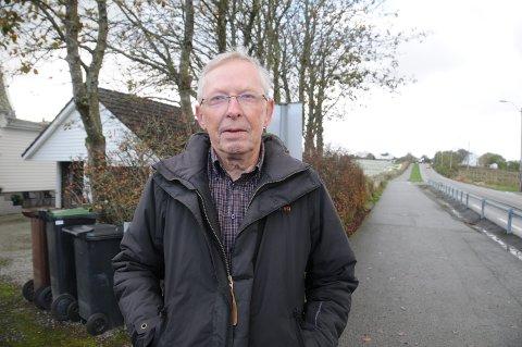 Skeptisk beboer: Nls Klungtveit håper at lokalpolitikerne i Randaberg ikke vil gjøre noe som vil innebære betydelig økt biltrafikk i Goaveien. Han minner om at det er et vedtak i kommunen om å forby gjennomkjøring av tungbiltrafikk, som enda ikke er blitt effektuert.