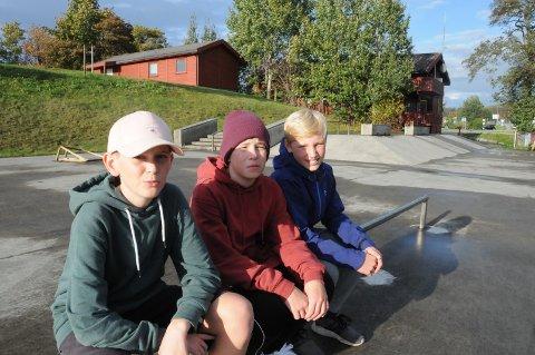 Oppgradering: Kameratene Jakob Grønås (t.v.), Ole Tjorben Kummer og Leon Knutsen-Viste synes det er bra at det skal brukes en kvart million kroner til å ruste opp denne skaterampa.