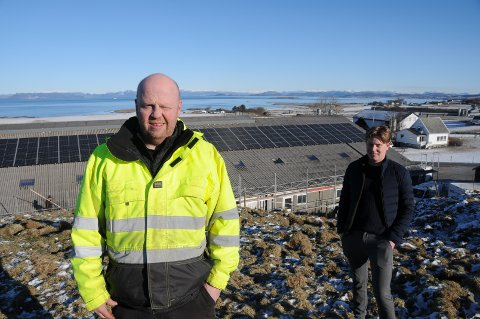 Nye tider på Sørbø: Bonde Arild Risa og Torbjørn Kverneland fra solcellepanel-leverandøren er fornøyd med slik panelene ble plassert på driftsbygningen.