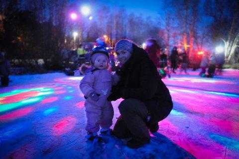På skøyter første gang: Ett og et halvt år gamle Maja sammen med mamma Elise, som syntes det var stas det som ble stelt til i Harestadmyra denne fredagskvelden.