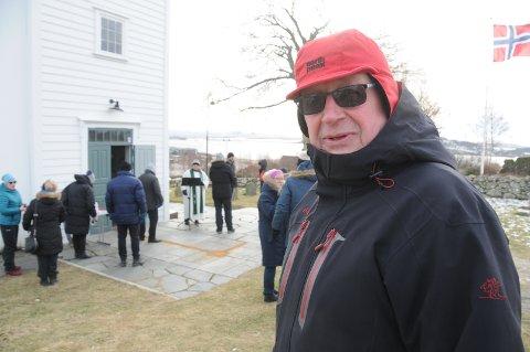 Gudstjeneste utendørs: Oddvar Nordbø var blant dem som tok turen til gudstjeneste ute på kirkebakken på Askje søndag formiddag.
