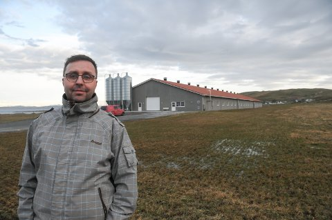 Bonde: Sigmund Kloster foran kyllinghuset sitt, som var ferdig i juni ifjor, og som nylig fikk inn sitt sjette innsett av rundt 40.000 kyllinger som skal fores opp.