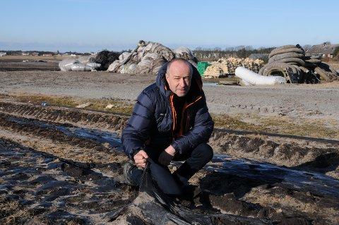 Vil bli kvitt plast straks det er brukt: Olav Nybø og Venstre på Randaberg ønsker en ny ordning for innlevering av plastavfall for å unngå at det lagres i hauger, som på dette jordet ved Tungenesveien.