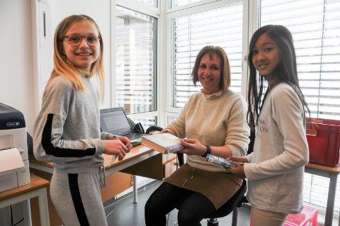 Ressurser i skolen: 4. klassingene Susanne Hanasand (t.v.) og Magdalena Tang liker seg på skolen, her i mediateket på Vikevåg skule, der de får hjelp av lærer Alice Kvilshaugvik Aske.