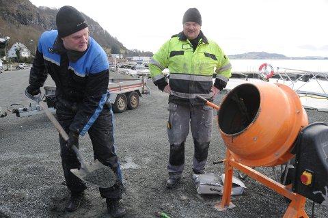 Dugnad i båthavna: Asgaut Vindenes (t.v.) og Bernt Arild Bertelsen i Vikevåg båtforening jobbet i småbåthavna i Vikevåg sentrum denne uken.