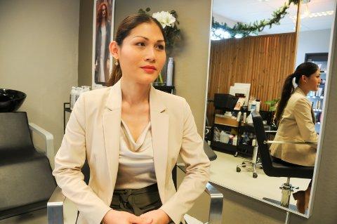 Næringsdrivende: Mona Chaken har drevet frisørsalong på Askjesenteret i to år, og vil gjerne fortsette med det. Hun er positiv til at senteret skal oppgraderes, men håper det ikke blir altfor stort.