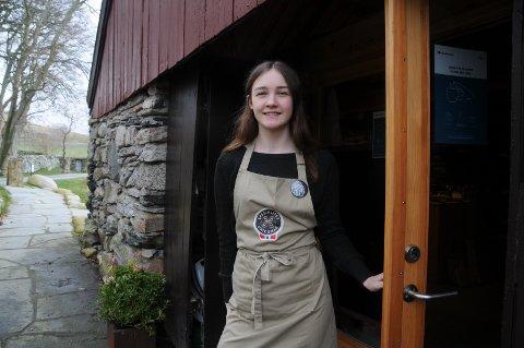 Lokal butikkvert: Ingrid Finnesand jobber i gårdsutsalget på Klostergarden på Utstein.