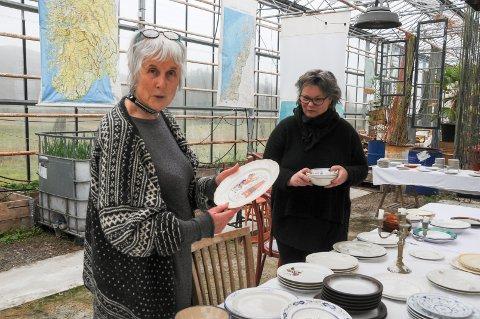 En tid for alt: Elin Rydningen (t.h.) avvikler konseptet Alchemilla i drivhuset på Helland. Bjørg Kristin Helland Bø synes det er trist, men roser Rydningen for hennes gode initiativ for å skape ny aktivitet. I løpet av våren vil det bli loppe- og plantemarked, så snart koronasituasjonen tillater det.