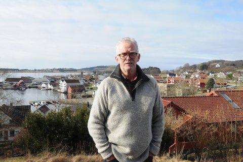 Lite fornøyd: Johannes Skaar bor i Vikevåg sentrum, og han er ikke fornøyd med det første året som Rennesøy har vært del av en storkommune. Det viser ikke godt for framtida, mener han, som var mot sammenslåing fra start.