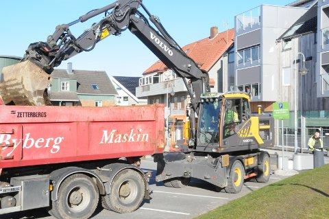 Kjøres vekk: Massen i jordvollen legges på planet hos en ventende lastebil for å bli kjørt bort.