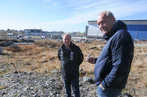 Fotballedere: Gunnar Kolnes (til høyre) og Frode S. Lindboe på tomten der et nytt fotballstadion planlegges. RIL fotball har ikke fått til frivillig avtale om pris med grunneierne, og formannskapet med unntak av en representant vedtok 14. april å gå rettens vei for å få fastsatt pris.