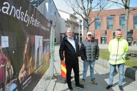 Entusiasme på torget tross utsettelse: Svein Sørnes (t.v.), Morten Andersen og Per-Erik Haga er klar til å lage Vårmarken og Landsbyfestival i Randaberg sentrum de første dagene i juni.