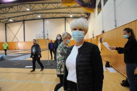 Rigger til massevaksinasjon: Siw Diane Myhre Johanson er litt spent, men har tro på at massevaksinasjon i Randaberghallen vil gå fint. Den begynner onsdag som et pilotprosjekt da helsepersonell får satt vaksine først.