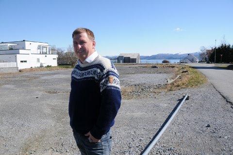 Reiseliv og bobil: Kai Michael Risa på tomta, som er aktuell å gi dispensasjon til å ta i mot bobiler i Østhusvik i sommer, hvis kommunen vil og får det til.