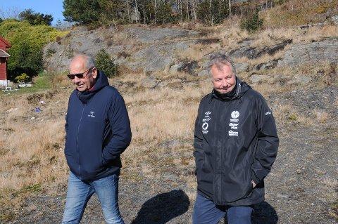 Gunnar Kolnes i anleggskomiteen i RIL fotball (til venstre) og daglig leder i RIL fotball, Frode S. Lindboe, på den nye stadiontomta ved Harestadmyra.
