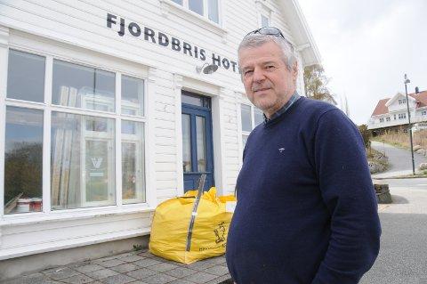 Hotellbygger: Kjetil Mehus foran det tidligere butikklokalet, som nå er kafe og som han har søkt om en liten bruksendring for å kunne bruke annerledes slik at hotellet kan øke kapasiteten. Alt er klart for bygging, men en liten, viktig detalj mangler.