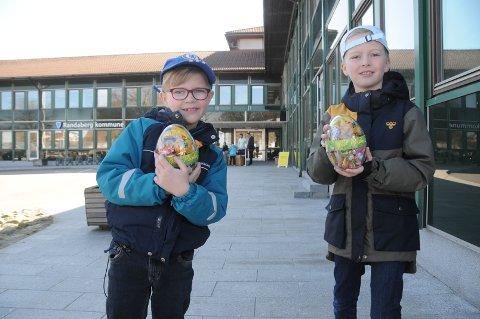 Hentet påskeegg: Einar (7) og Marius (9) Fossmark Helvig var blant de mange som hentet påskeegg ved kommunehuset på Randaberg påskeaften.