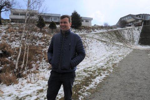 SNØ I APRIL: Frode Årviks barn skulle gjerne akt i den nye snøen som landet i april. Nå setter velforeningen på Valahaug i gang underskriftskampanje for å få til en trygg akebakke.