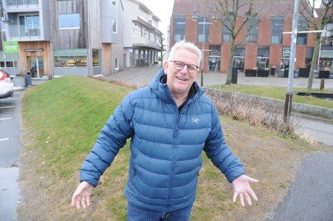 Nytt initiativ: Nå skal det skje noe med denne jordvollen på torget i Randaberg sentrum, forteller landsbygeneral Svein Sørnes.