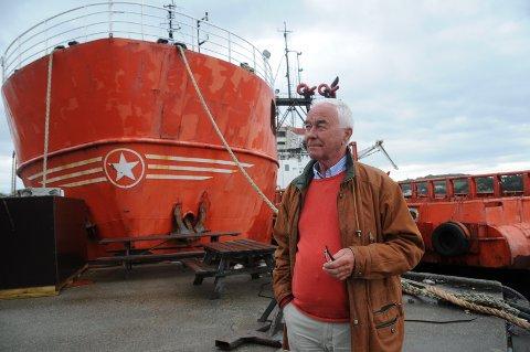 Nye momenter: Per Arne Hodne-Larsen bor på Bru, ikke langt fra kaien og blir sjenert av at disse båtene slår i hverandre iuvær. Han er også advokat og mener at naboloven gjør seg gjeldende i denne saken, som kommunen har trøbbel med å løse opp i.