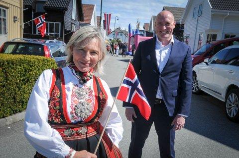 17. mai i svingen: Stine Andresen og Øyvind Pedersen tok initiativ og naboene i gata i Randaberg sentrum fulgte opp og deltok i det lokale, koronavennlige 17. maitoget.