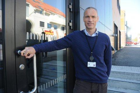 Nytt helsetilbud: Kjetil Helgevold i Helse Stavanger ved døra som blir inngangen til den nye psykiatriske poliklinikken for innbyggere på Randaberg, Rennesøy, Finnøy og Kvitsøy.