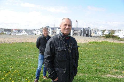Forsøker nytt konsept: Byggmester Frank Harestad har fått ny gnist og optimisme for å bygge nye boliger i Melinggården på Kvitsøy i samarbeid med selskapet Odel & Eie, representert ved Lars Sigve Berge (bak i bildet). Her de står vil byggingen av sju nye boliger kunne starte til høsten.